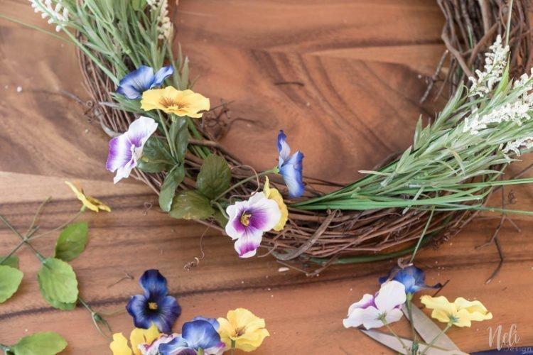 15 minutes spring wreath for less than 15$, Easy Spring Wreath, Grapevine wreath, flowers, front porch, door wreath, Couronne du printemps en moins de 15 minutes pour moins de 15$, sans colle, no glue #springwreath #wreath #grapevine #flowers #frontdoor #porch #spring