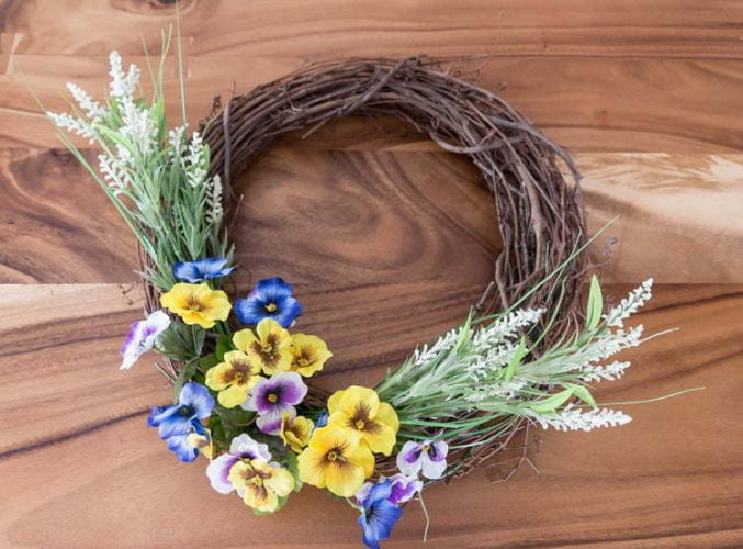 Easy Spring Wreath made with grapewine, Flowers | Home Decor | Porch | Front door | DIY | Spring crown tutorial with flowers, crown in vine #spring #springwreath #wort #spring #diy #tutorial #easy #grapewine