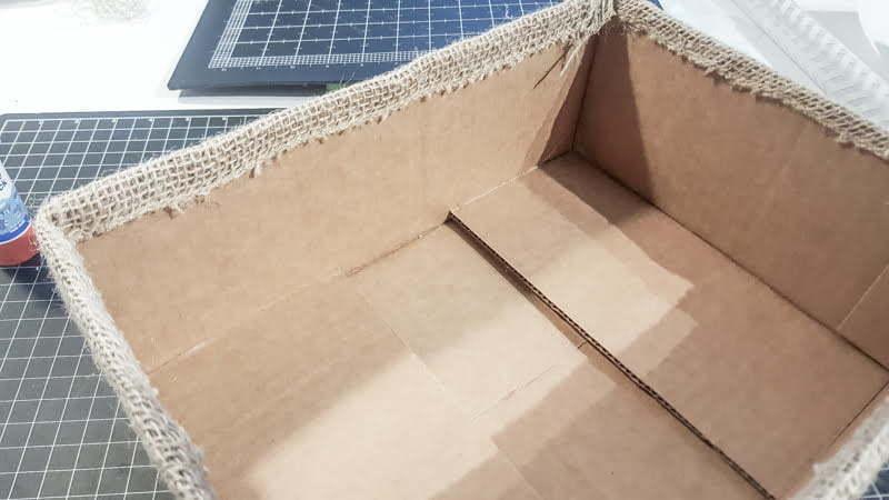 Burlap box | hide cords | electronics | router | wifi | cacher les fils électroniques | salon | living room | boîte en jute