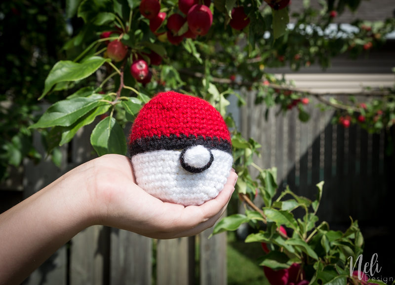 Pokeball apple cozy crochet pattern | back to school | fun for kids | free crochet pattern | tutorial