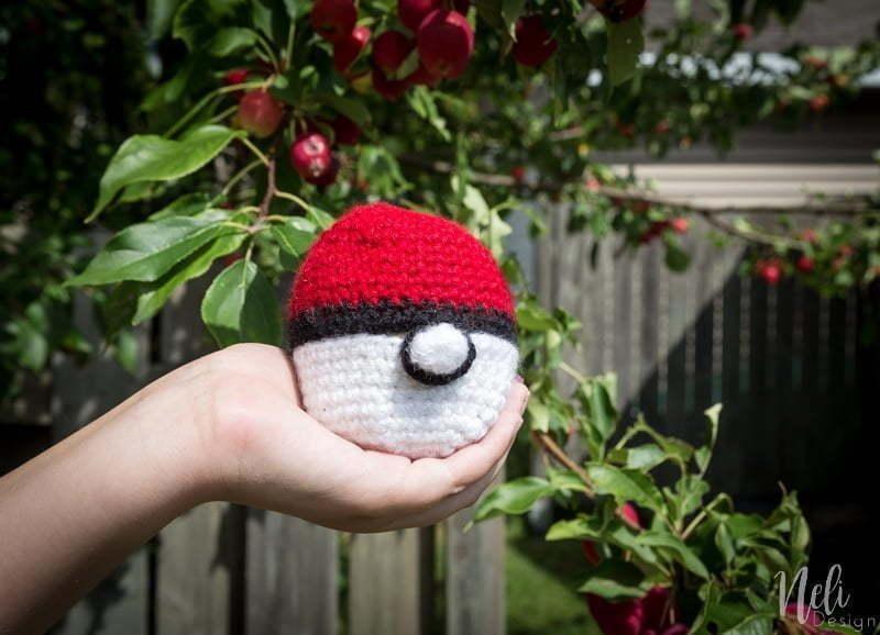 Pokeball apple cozy crochet pattern | back to school | fun for kids | free crochet pattern | tutorial