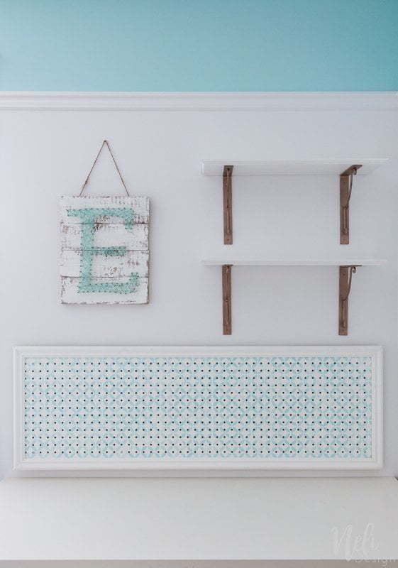 Desk area makeover | girl's room | pegboard | shelves | string art | mouldings | DIY | Tutorial | panneau perforé | bureau | chambre jeune fille | tablettes | art ficelle