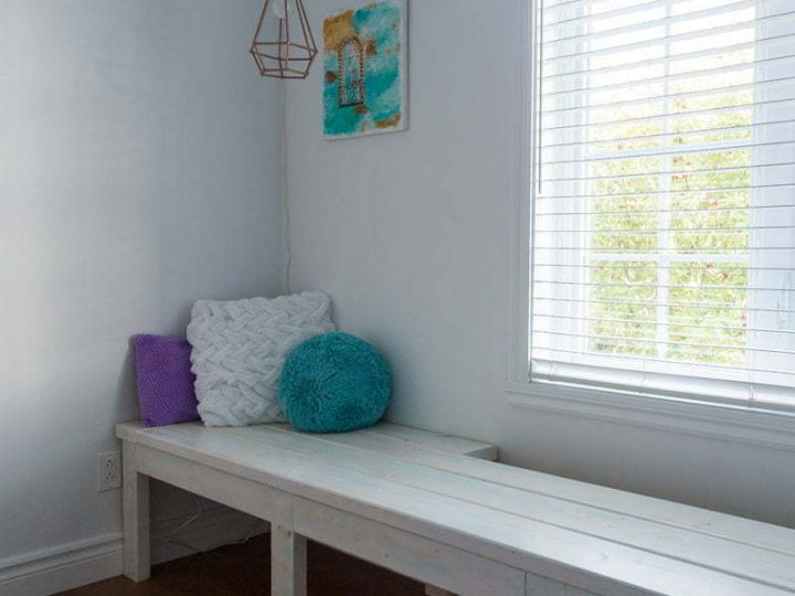 DIY Window Bench   Reading Nook   Girl's Bedroom   Tutorial   Farmhouse   Wood   Whitewash   Banc fenêtre   Chambre de fille   Coin lecture   Instructions