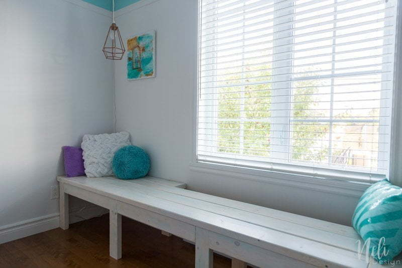 DIY Window Bench | Reading Nook | Girl's Bedroom | Tutorial | Farmhouse | Wood | Whitewash | Banc fenêtre | Chambre de fille | Coin lecture | Instructions