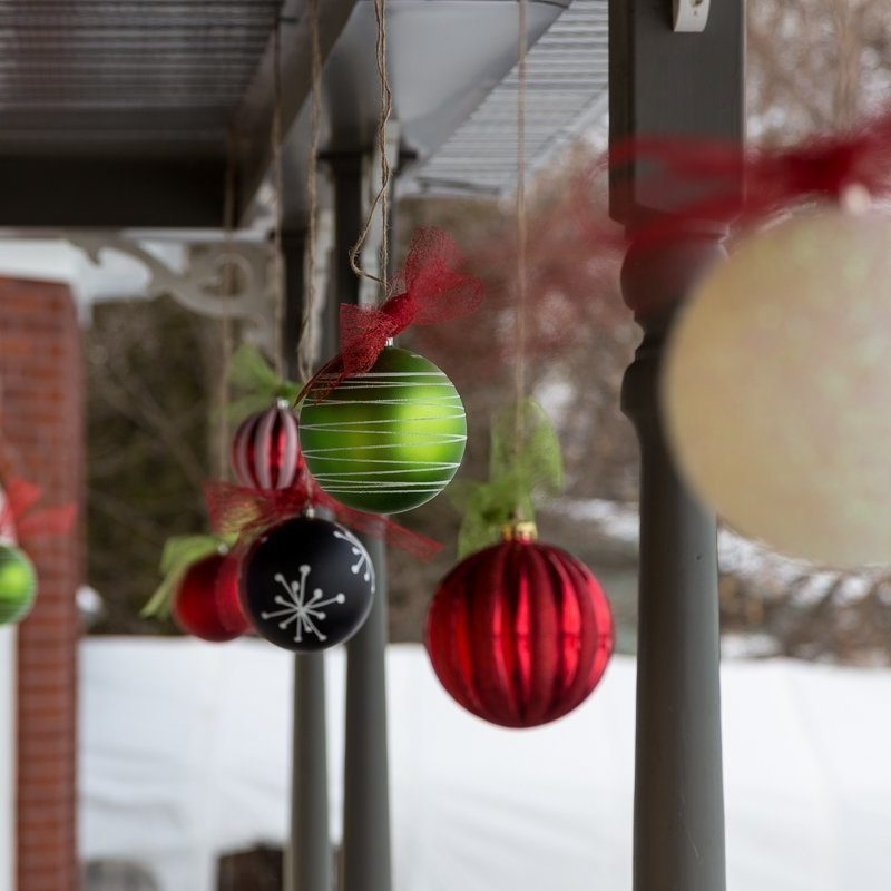 Hang Christmas balls ornaments outside, Christmas decoration, DIY, Tutorial, Ribbon, seasonal, Accrocher des décorations de Noël dehors, boules de Noël, facile