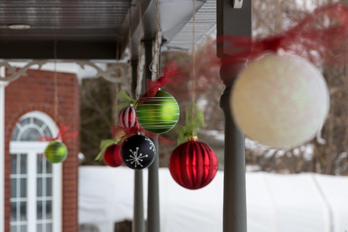 Hang Christmas balls ornaments outside, Christmas decoration, DIY, Tutorial, Ribbon, seasonal, Accrocher des décorations de Noël dehors, boules de Noël, facile