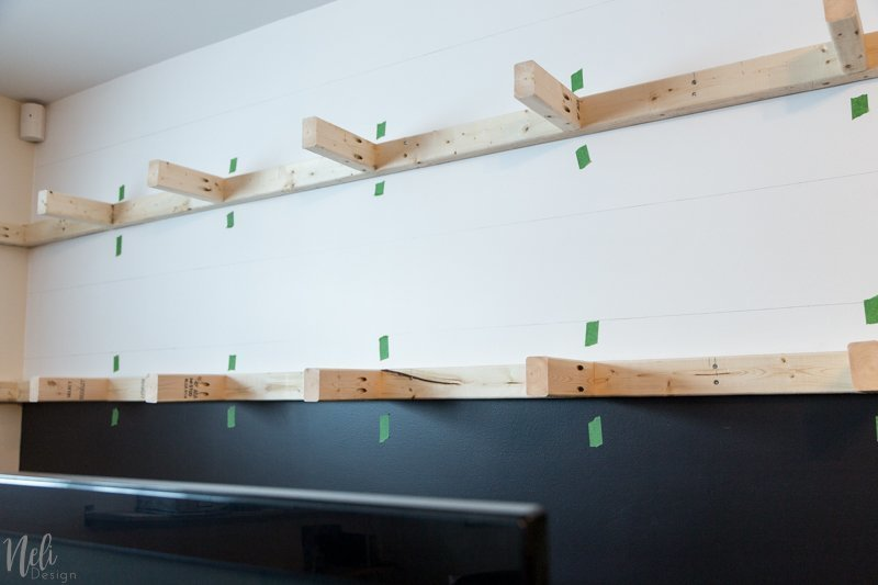 Long floating shelves | DIY | family room makeover | $100 Room Challenge | plywood | Stain | pocket hole | Kreg jig | Longues tablettes flottantes | contreplaqué | teinture #floatingshelves #homedecor #familyroom #DIY #fairesoimeme #tablettes #kregjig #decomaison #sallefamiliale