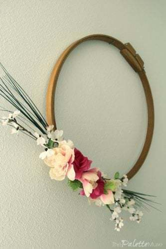 Simple spring wreath with embroidery hoop, easy spring crown made with embroidery hoop, embroidery hoop, minimalist, flowers, flowers, #minimalist #spring #springwreath #wreath #easydiy