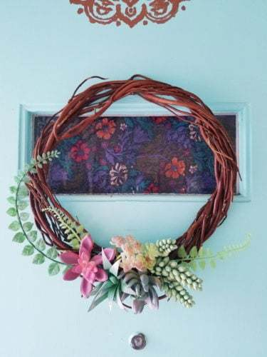 Grapevine Spring Wreath with fake succulents, wreath in spring vine with succulent fake, dollar store, dollorama, easy DIY, #spring #springwreath #easydiy #wreath #succulent #vine #wort #dollarstore #easydiy