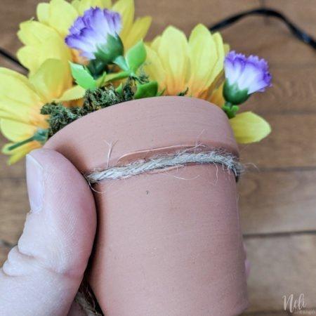 Couronne avec pots en terre cuite, pots de fleurs, bricolage à faire soi-même, fleurs artificielles, couronne en vigne, ficelle de jute, pots en terre cuite, terra cotta #couronne #terracotta #wreath #vigne #fleurs #printemps #été