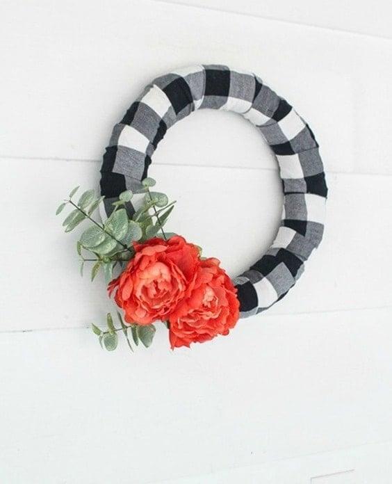 Carreaux noirs et blancs, couronne carottée noir et blanc, couronne du printemps, Spring wreath, black and white buffalo plaid #springwreath #wreath #buffaloplaid #easydiy