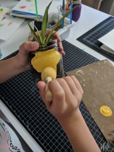 Faites votre propre pot pour plante en forme d'ananas à l'aide d'un pot Mason. Réutilisation d'un pot Mason en le transformant en ananas qui peut contenir une plante ou un succulent. #masonjars #masonjarscrafts #pineapple #planter #succulent #DIY