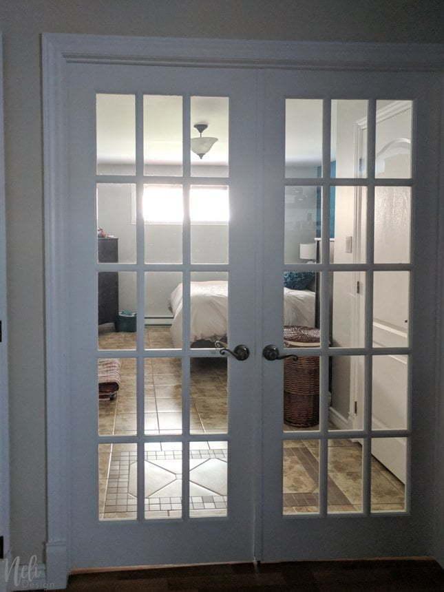 Découvrez ce que j'ai prévu pour la déco de ma petite chambre des maîtres dans le cadre du $100 Room Challenge. Beaucoup d'idées sont prévues pour changer ce décor et ajouter de la couleur, tout cela, de façon économique. Vous verrez que la configuration sera modifiée de sorte que le lit soit devant la fenêtre. Consultez le plan avant et après. #100roomchallenge #masterbedroom #onabudget #bedroomdecor #bedroomideas #bedrooms #decochambre #chambredesmaitres