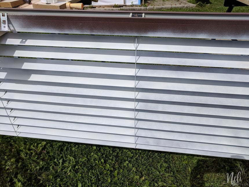 How to paint blinds the fastest and cheapest way. Spray paint your plastic or wooden blinds in one afternoon. It won't cost you much to change your window treatment and you'll get a great look. This method is fast and affordable. #spraypaint #windowtreatment #makeover #diy