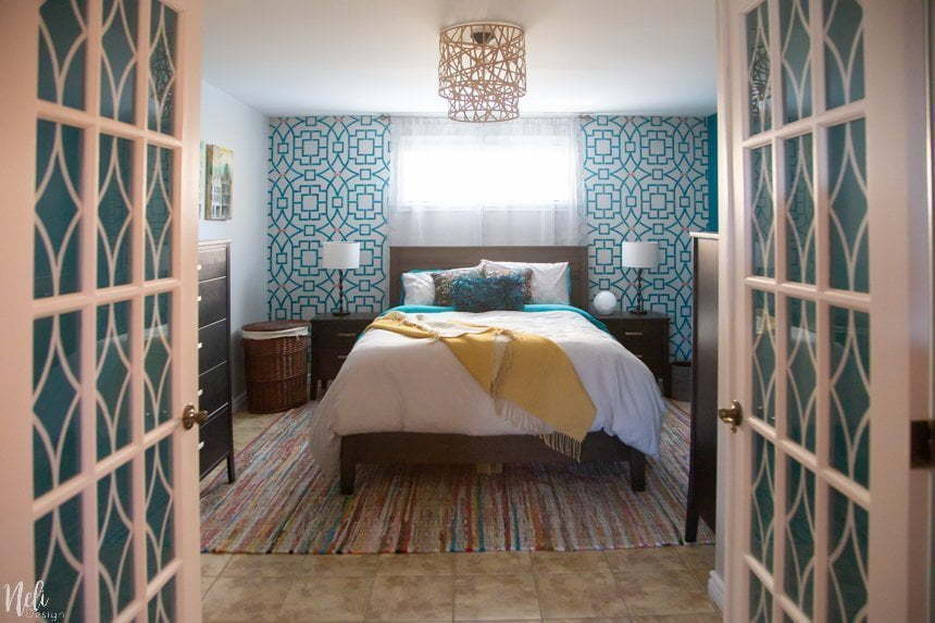 Get inspiration from this colorfull master bedroom makeover reveal. The $100 Room challenge is a great time to show a lot of ideas on how to makeover a bedroom on a budget. See the before and after pictures and find out how simple DIY crafts projects, stencilling and a change in the layout of the room can make a difference! Yes, you can have a bed in front of a window. #makeover #bedroom #roomreveal #teal