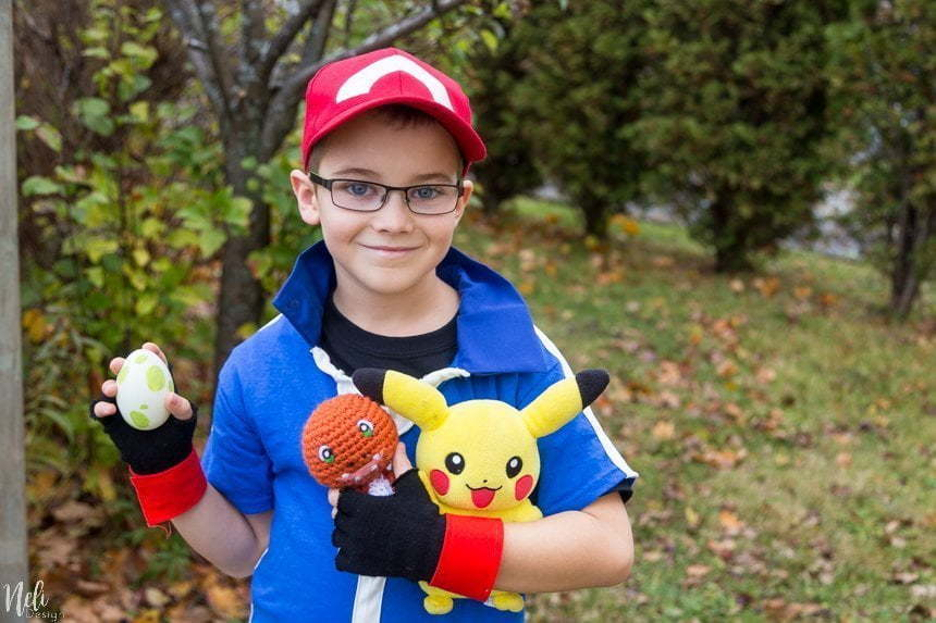 DIY Pokemon Ash Ketchum costume for kids or adults ideal for Halloween or Pokemon cosplay. Pokemon XYZ costume for your parties. Full tutorial on how to make Ash's Cap, gloves, t-shirt and a Pokeball. So easy for a fraction of the price in stores. #Halloween #pokemon #pokemonXYZ #AshKetchum #cosplay