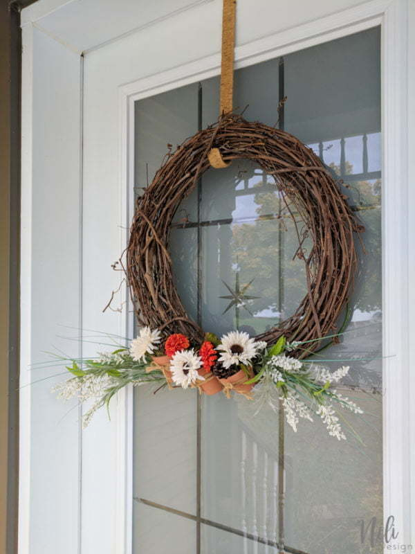 Get the tutorial on how I changed my spring/summer wreath for a fall wreath with mini terracotta pots in just a couple of minutes. This Dollar Store DIY is easy to make. You'll have a beautiful, natural and rustic look for your front door for autumn. #wreath #grapevine #flowers #frontdoor #porch #fall #autumn