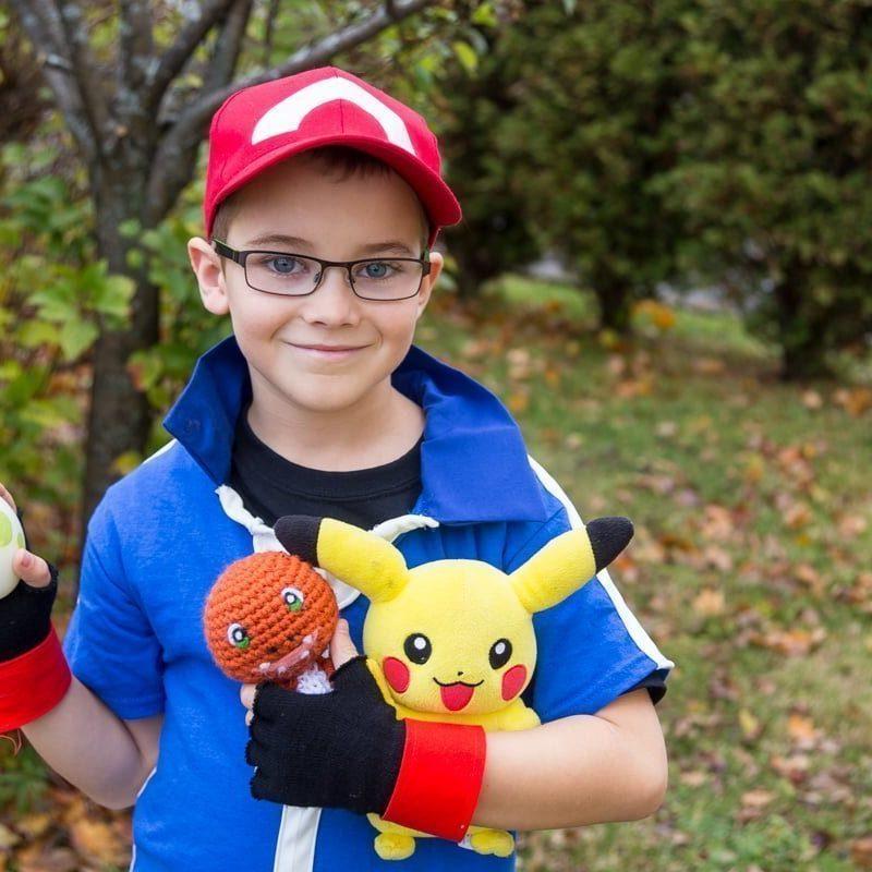 DIY Pokemon Ash Ketchum costume pour les enfants ou les adultes idéal pour Halloween ou Pokemon cosplay. Pokemon XYZ costume pour vos soirées. Tutoriel complet sur la façon de faire le capuchon de cendres, des gants, t-shirt et un pokeball. Si facile pour une fraction du prix dans les magasins. #Halloween #pokemon #pokemonXYZ #AshKetchum #cosplay
