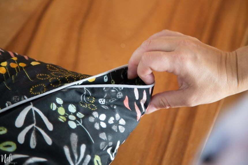 Comment faire des housses de coussins décoratif à partir de housses de format Euro sans aucune couture. Voici un moyen facile et simple, sans coudre, de transformer les taies d'oreiller euro en une plus petite taille. #Tutorial #pillowcase #diy #throwpillow