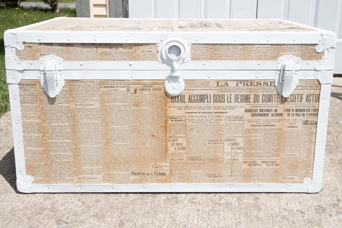 Comment faire pour upcycle un tronc vintage avec de vieux journaux. Ce bricolage d'un vieux tronc relooking est un excellent moyen d'ajouter de la personnalité à votre espace. Cette restauration d'un tronc vintage avec de la peinture à la craie et de vieux journaux en utilisant modpodge peut également vous faire économiser de l'argent. Il s'agit d'une excellente solution pour récupérer une vieille poitrine et la réobjet même si elle est faite de contreplaqué! #oldtrunk #upcycle #restore #chalkpaint #modpodge #paint #crafts #diy