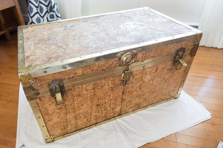 How to upcycle a vintage trunk with old newspapers. This DIY of an old trunk makeover is a great way to add personality to your space. This restoration of a vintage trunk with chalk paint and old newspapers using modpodge can also save you money. This is a great solution to salvage an old chest and repurpose it even if it's made of plywood! #oldtrunk #upcycle #restore #chalkpaint #modpodge #paint #crafts #diy