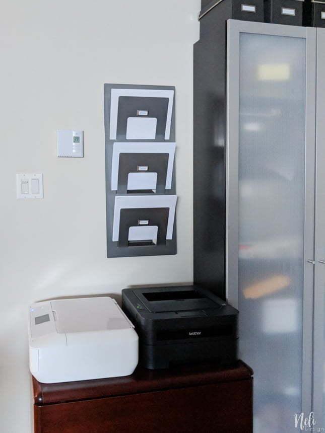 Comment ranger le papier d'imprimante en restant sain d'esprit! Cette idée vous aidera à organiser votre bureau. Ce simple porte-revue est une super solution. Vous aurez aussi droit à un gabarit gratuit pour imprimer les étiquettes. #organisation #printables # freebie #paperstorage