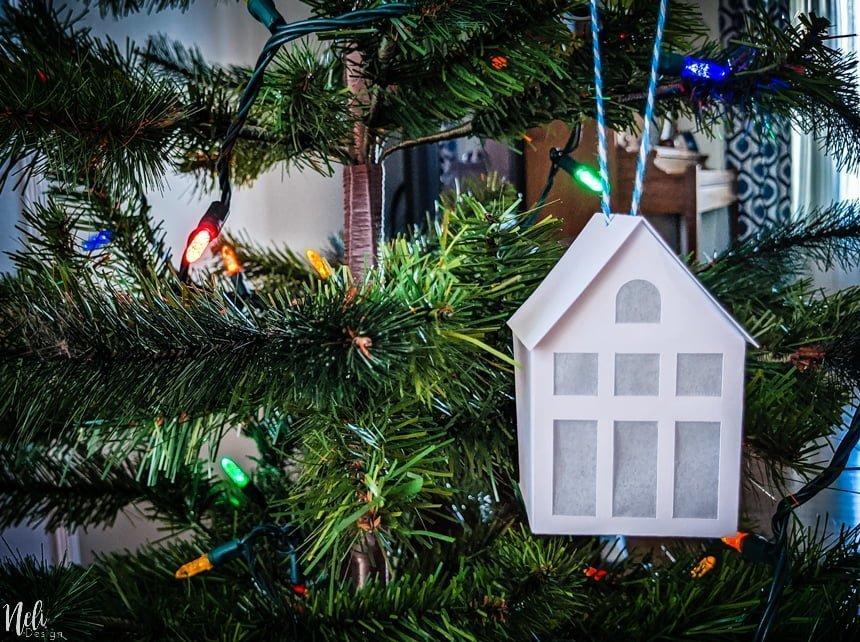 Ornements de Maisons en carton dans un sapin de Noël