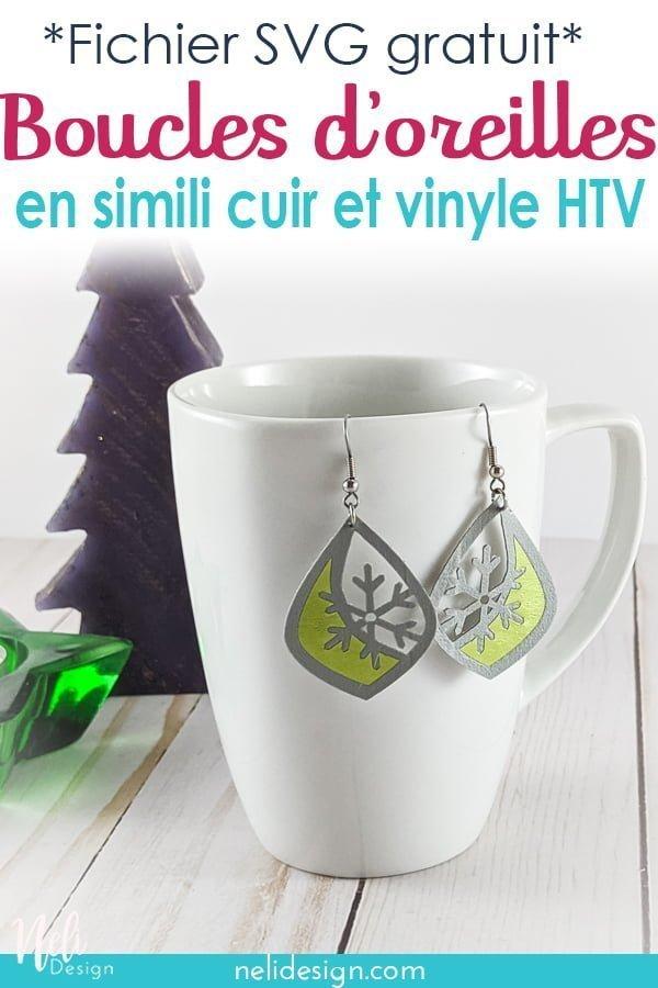 boucle d'oreilles en simili cuir et vinyle vert accrochées sur une tasse avec un sapin et une chandelle en étoile avec écriture indiquand Fichier SVG gratuit Boucles d'oreilles en simili cuir et vinyle HTV