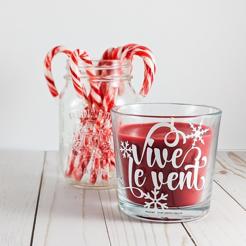 Personalized candle with vinyl in a glass jar Written Vive le vent and a Mason jar with candy canes