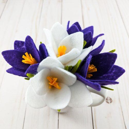 5 fleurs crocus en feutre blanc et mauve