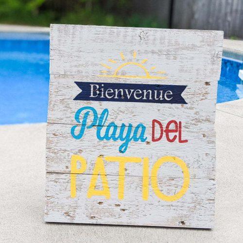 Panneau de bois peint, fabriqué avec un pochoir réalisé avec la Cricut, annonçant Welcome Playa del Patio