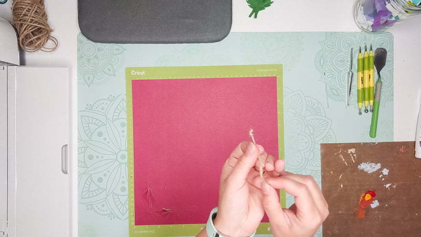 Make a knot to make the DIY paper Chrysanthemum